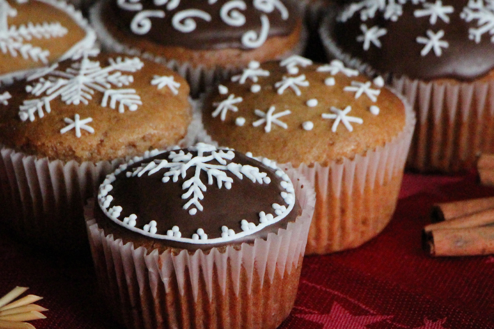 Whole grain gingerbread muffins with plum butter